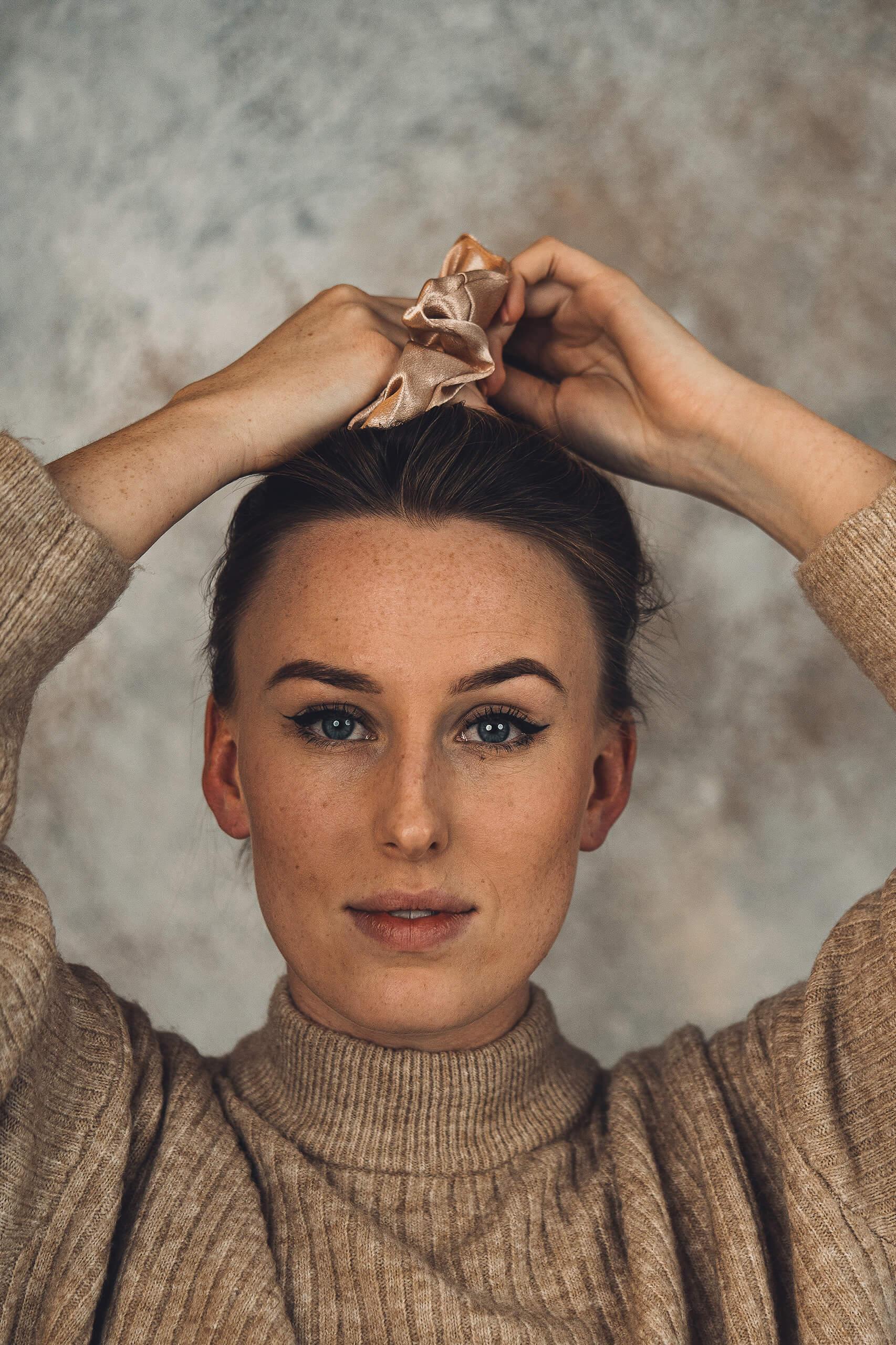 Model met beige satijnen scrunchie