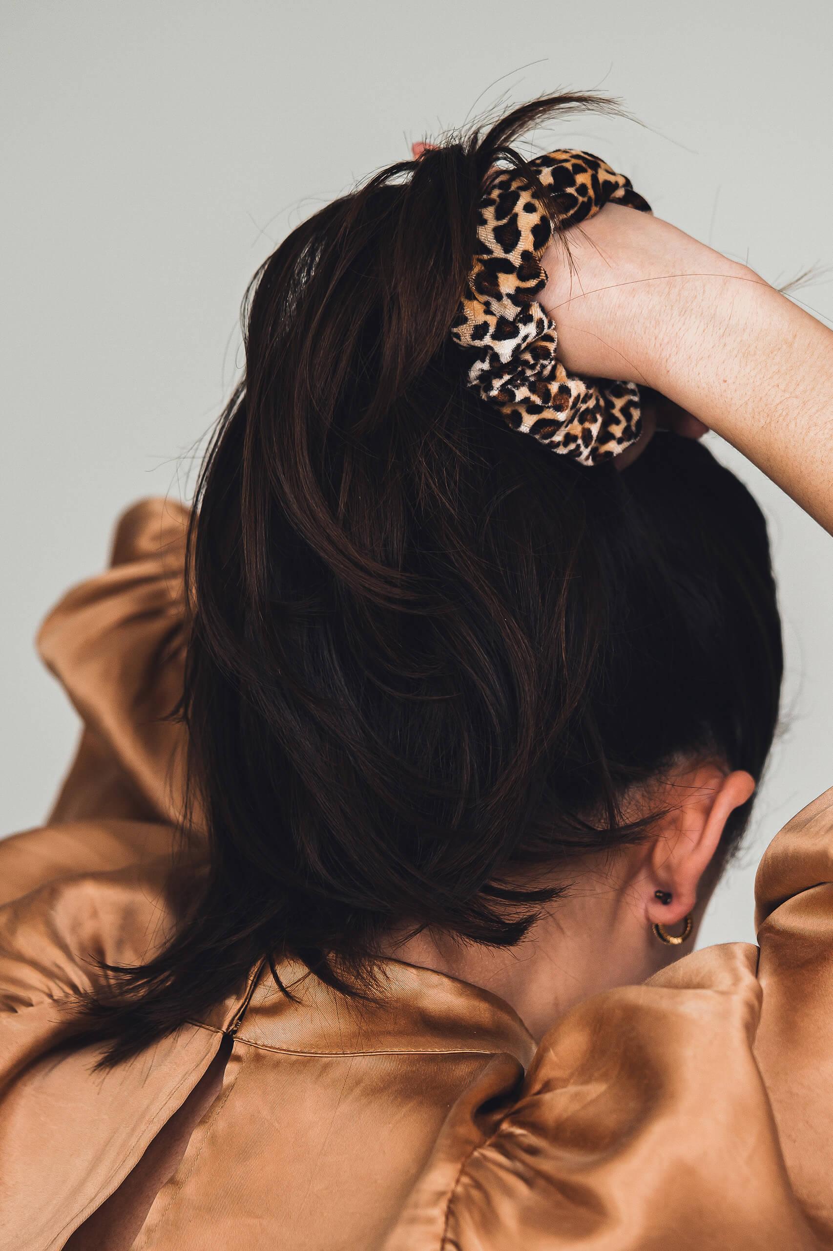 Model met panterprint scrunchie