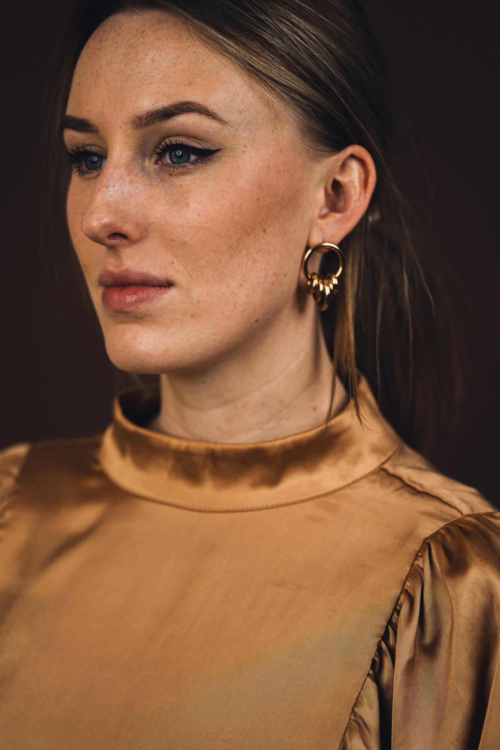 Model met Dancing circle gouden hanger oorbel