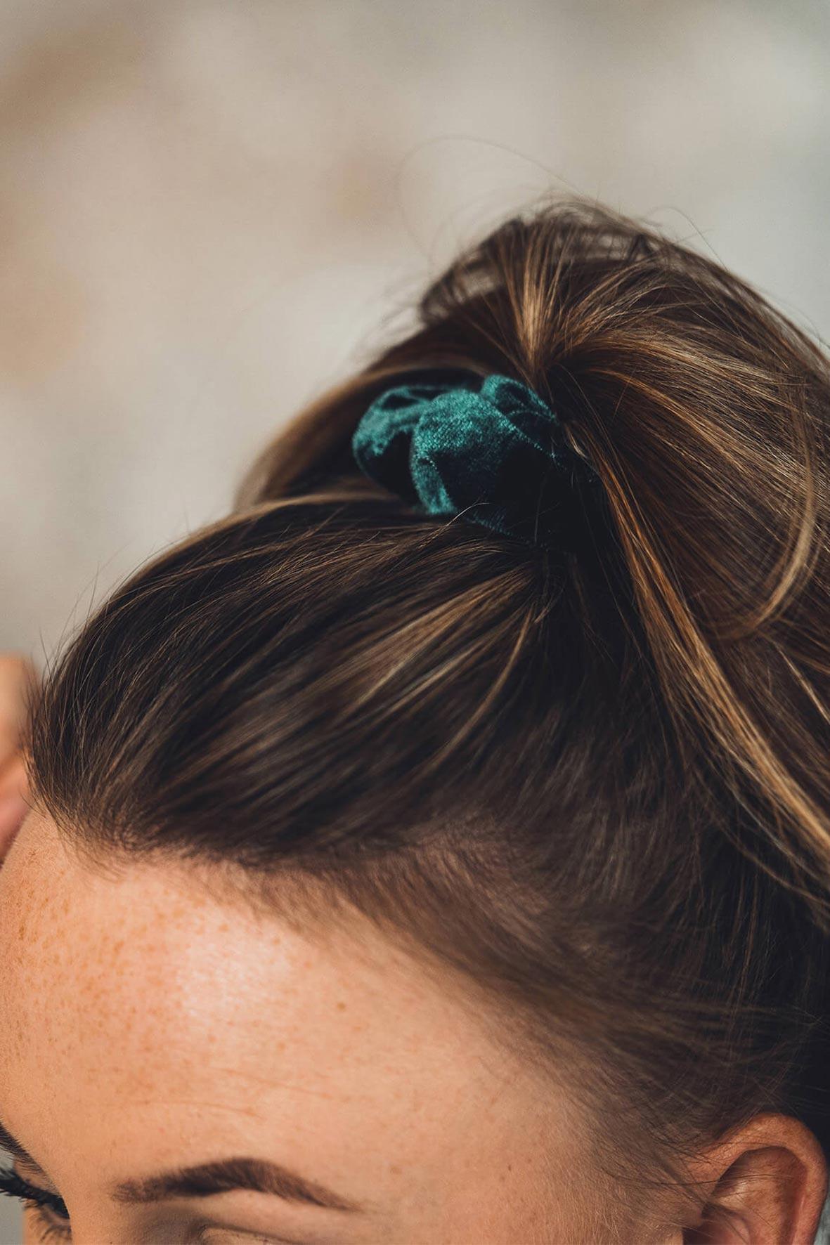 Model afbeelding blauwe velours scrunchie